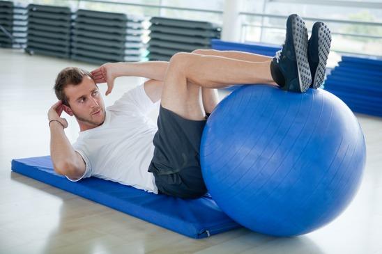 Abdominal com bola de Pilates