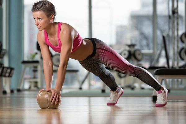 Exercício de Flexão na Bola Medicional