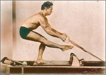 foto colorida joseph pilates no reformer