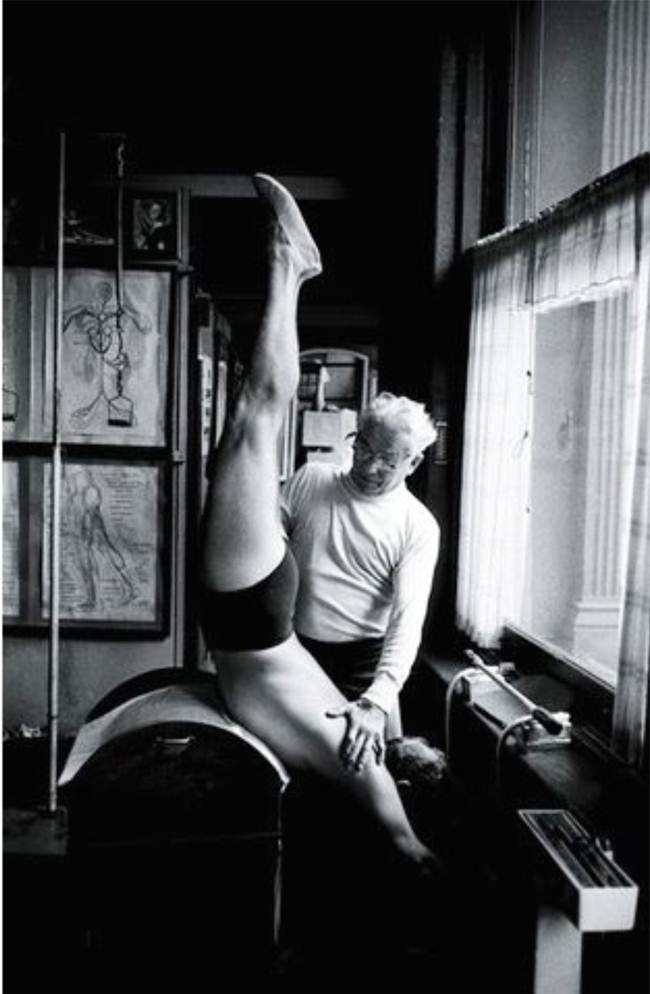 joseph pilates ensinando chair