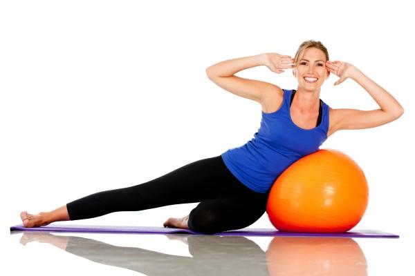 mulher-pilates-casa-bola